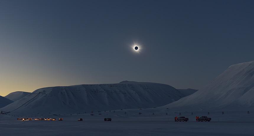Σε ολική έκλειψη Ηλίου φάνηκαν οι εκρήξεις πλάσματος από το στέμμα του Ήλιου