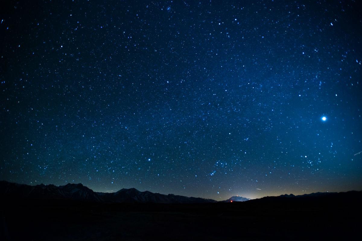 Γιατί είναι σκοτεινός ο ουρανός τη νύχτα;